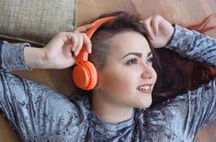 Девушка в наушниках слушая к музыке Стоковое фото RF