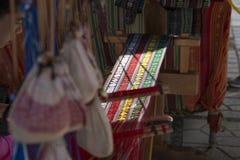 Девушка в национальном костюме работая на традиционном рук-сплетя l Стоковое Фото