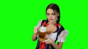 Девушка в национальном баварском костюме выпивая пиво зеленый экран сток-видео