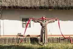 Девушка в национальном этническом положении костюма Стоковые Фотографии RF