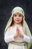 Девушка в обмундировании рождества Attire для реконструкции истории рождения девушки Иисуса Христоса в библейском костюме, Стоковые Изображения RF