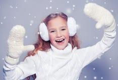Девушка в одеждах зимы с подарком девушка счастливая Стоковые Изображения RF