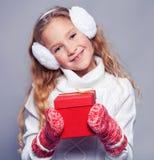 Девушка в одеждах зимы с подарком девушка счастливая Стоковая Фотография