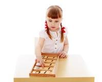 Девушка в окружающей среде Montessori Стоковые Изображения RF