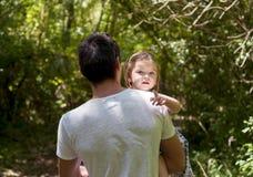 Девушка в оружиях его отца Стоковые Фотографии RF