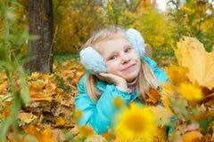 Девушка в осени с листьями Стоковые Фото