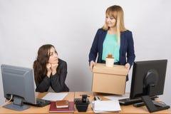 Девушка в офисе счастливо держа сумки и смотря коллеги Стоковые Фото