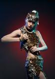 Девушка в одеждах Амазонке с ножом в его руке Стоковое Изображение RF
