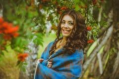 Девушка в одеяле на улице Стоковые Фотографии RF