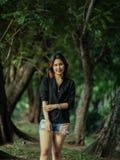 Девушка в одичалом саде Стоковые Изображения RF