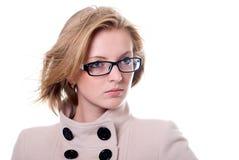 Девушка в пальто смотря к стороне Стоковое фото RF