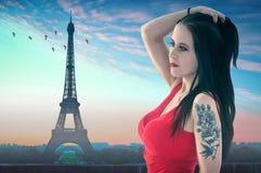 Девушка в Париже с Эйфелева башней Стоковое Фото