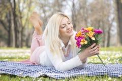 Девушка в парке весной Стоковые Фотографии RF