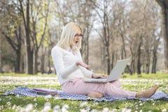 Девушка в парке весной Стоковые Изображения RF
