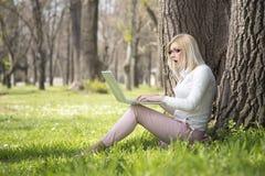 Девушка в парке весной Стоковое фото RF