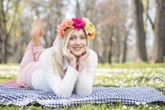 Девушка в парке весной Стоковая Фотография RF