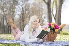 Девушка в парке весной Стоковые Фото