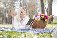 Девушка в парке весной Стоковое Изображение RF