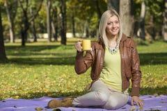Девушка в парке в осени Стоковые Фотографии RF