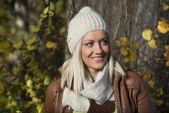 Девушка в парке в осени Стоковые Изображения