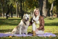 Девушка в парке в осени Стоковое фото RF