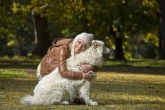 Девушка в парке в осени Стоковые Изображения RF