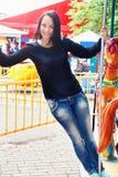 Девушка в парке едет на carousel Стоковое Фото