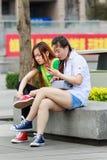 Девушка в парке занятом с ее умным телефоном, Пекин, Китай Стоковые Изображения RF