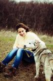 Девушка в парке их дом с лайкой собаки Девушка с Стоковая Фотография RF