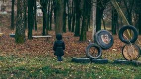 Девушка в парке около спортивной площадки Стоковое Изображение RF