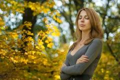 Девушка в парке осени Стоковые Изображения