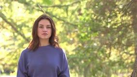 Девушка в парке сток-видео