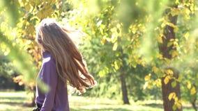 Девушка в парке видеоматериал