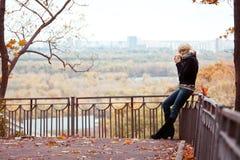 Девушка в парке стоковое изображение rf