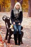 Девушка в парке стоковые изображения rf