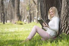 Девушка в парке Стоковое Изображение