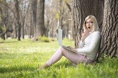 Девушка в парке Стоковые Изображения