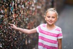 Девушка в переулке жевательной резинки Стоковое Фото