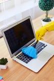 Девушка в перчатках пылясь с малой клавиатурой веника Стоковое Изображение RF