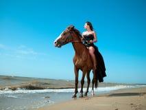 Девушка в платье на лошади морем Стоковое Фото