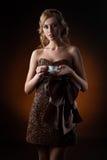 Девушка в платье сделанном из кофейных зерен стоковая фотография rf