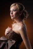 Девушка в платье сделанном из кофейных зерен стоковые фотографии rf