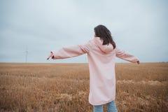 Девушка в плаще Девушка битника портрета осени в пальто Стоковая Фотография RF