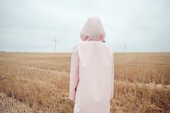 Девушка в плаще Девушка битника портрета осени в пальто Стоковое Фото