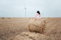 Девушка в плаще Девушка битника портрета осени в пальто Стоковые Фотографии RF