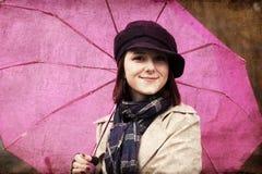 Девушка в плаще и шарфе с зонтиком Стоковое Изображение RF