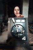 Девушка в покинутом здании стоковое изображение