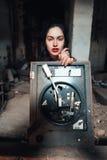 Девушка в покинутом здании стоковые фото