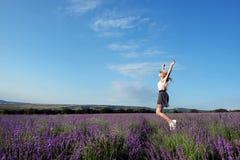 Девушка в поле лаванды в лете стоковое фото