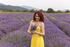 Девушка в поле лаванды стоковые изображения